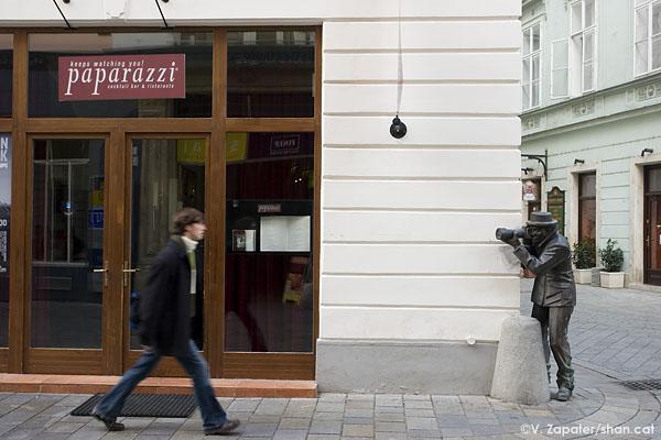 Escultura de fotógrafo en la calle Laurinská de Bratislava (Eslovaquia), al lado del restaurante Paparazzi. Photographer's sculpture at Laurinská street, Bratislava (Slovakia), next to Paparazzi restaurant.