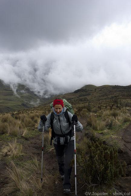 Moni ascendiendo al refugio de los Ilinizas. Reserva Ecológica los Ilinizas. El Chaupi (Cotopaxi, Ecuador). Woman climbing to Ilinizas Refuge. Ilinizas Ecological Reserve. El Chaupi (Cotopaxi, Ecuador)