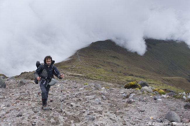 Valentí ascendiendo al refugio de los Ilinizas. Reserva Ecológica los Ilinizas. El Chaupi (Cotopaxi, Ecuador). Man climbing to Ilinizas Refuge. Ilinizas Ecological Reserve. El Chaupi (Cotopaxi, Ecuador)