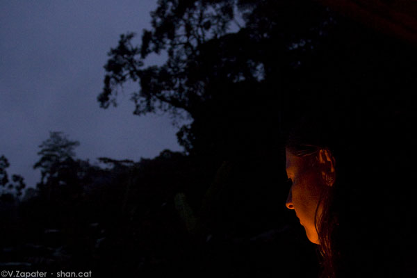 Mujer iluminada por fogata. Woman iluminated by a bonfire