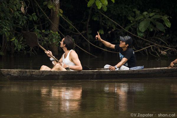 Waorani en canoa buscando caza