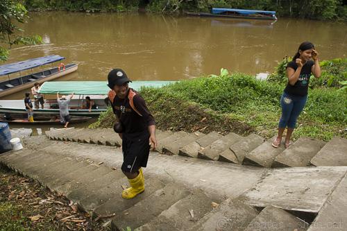 Waorani people at the dock on Yasuni river, Kawymeno community. Yasuni National Park (Orellana, Ecuador). Waoranis en el embarcadero de la comunidad de Kawymeno. Parque Nacional Yasuní (Orellana, Ecuador)