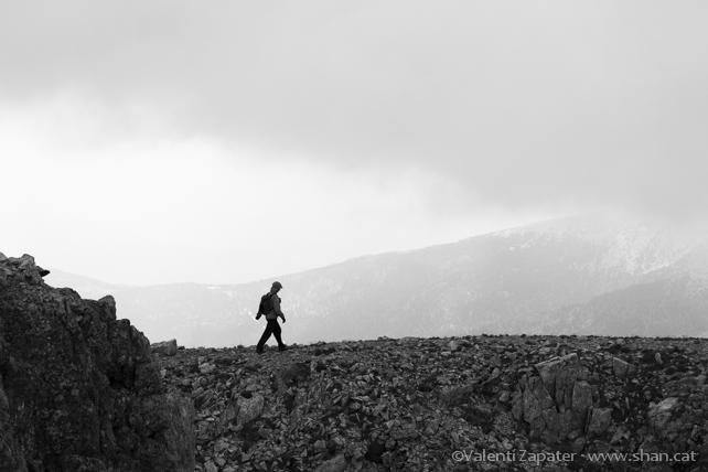 Montañera caminando por la cresta de la de la sierra del Sirvent. Lles de Cerdanya, (Pirineos, Catalunya).