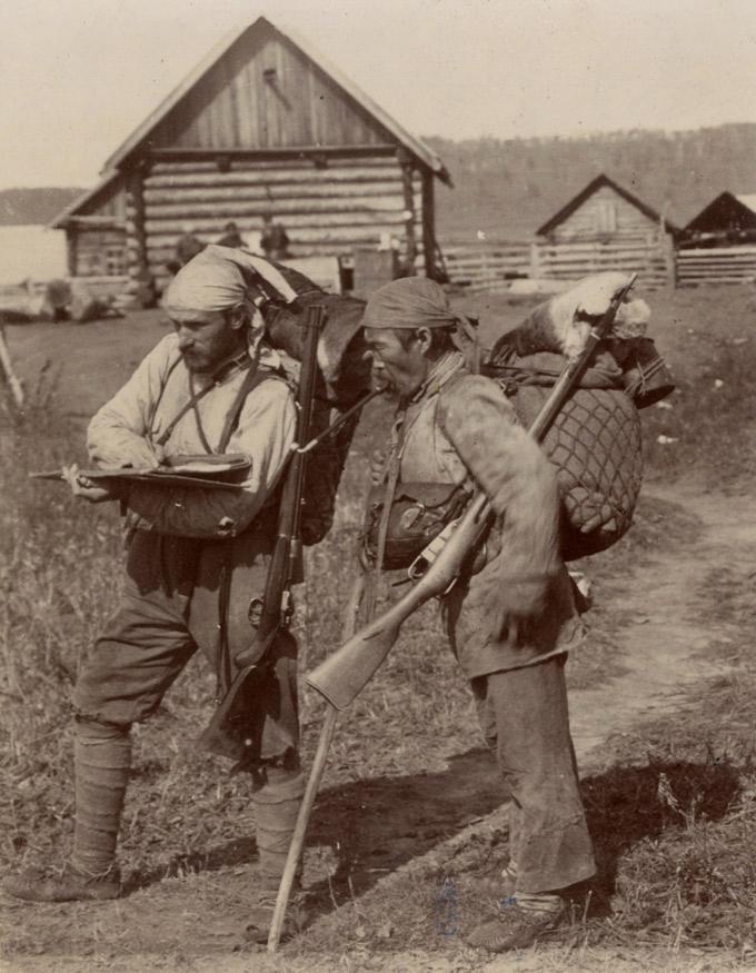 V.K. Arséniev y Dersú Uzalá en 1906, tras una ruta por el río Kulumbé